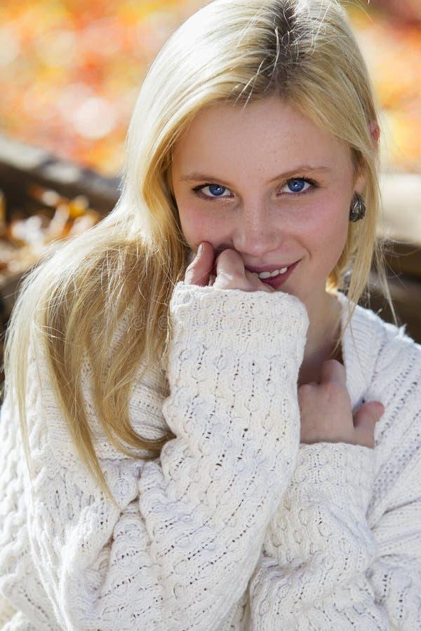 秋天叶子的逗人喜爱的女孩 库存图片