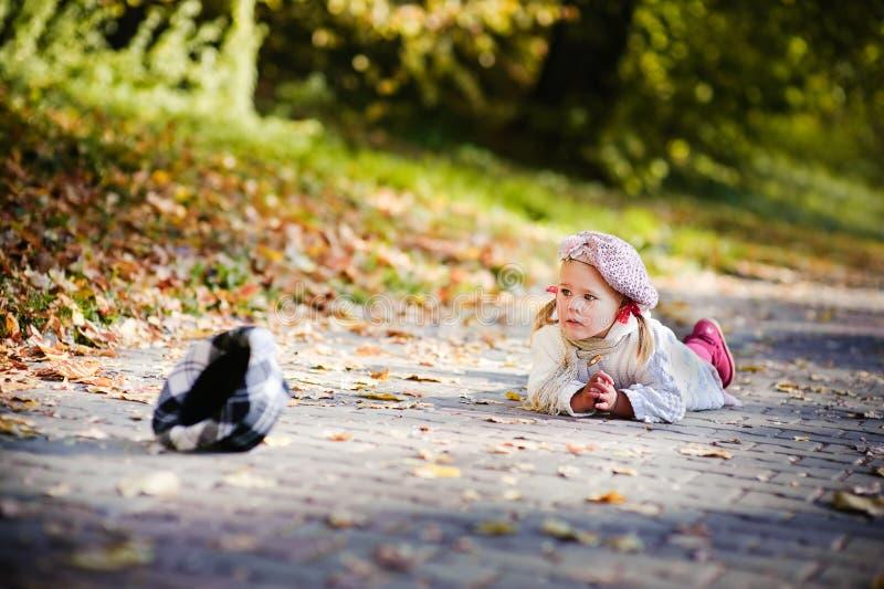 秋天哭泣的逗人喜爱的女孩少许公园 库存图片
