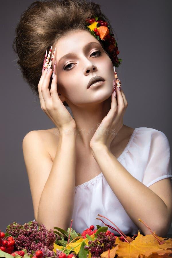 秋天图象的美丽的女孩与与明亮和异常的构成的长的钉子 免版税图库摄影