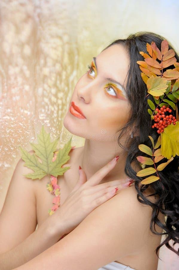 秋天图象的美丽的妇女。 美好的创造性的构成 免版税图库摄影