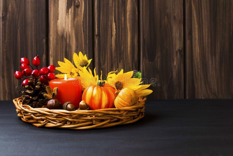秋天在一个盘子的安排装饰有蜡烛的,南瓜, ye 免版税库存照片