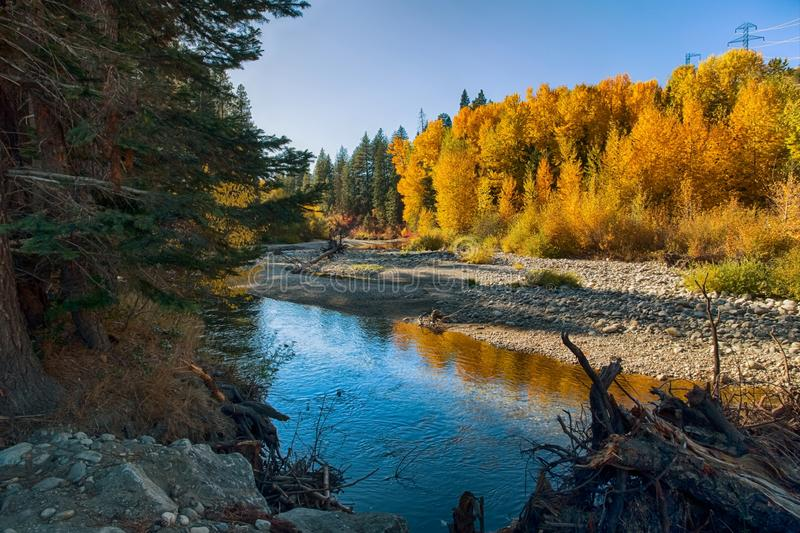秋天在山的河风景 库存图片