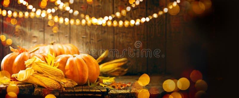 秋天在木背景的感恩南瓜 库存照片