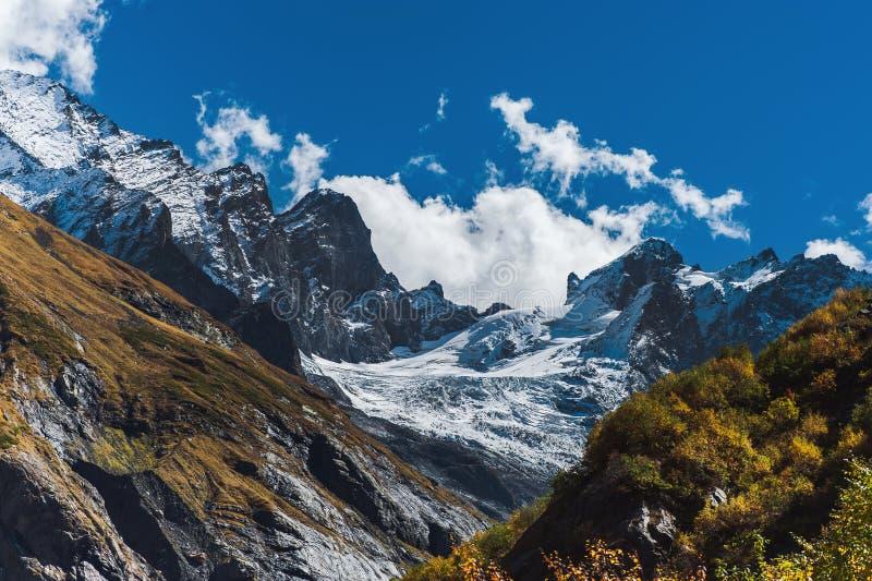 秋天在高加索山脉的山风景 库存图片