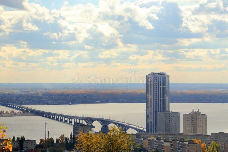 秋天城市全景萨拉托夫视图 在伏尔加河,萨拉托夫恩格斯,俄罗斯的桥梁 从Sokolovaya山的看法 图库摄影