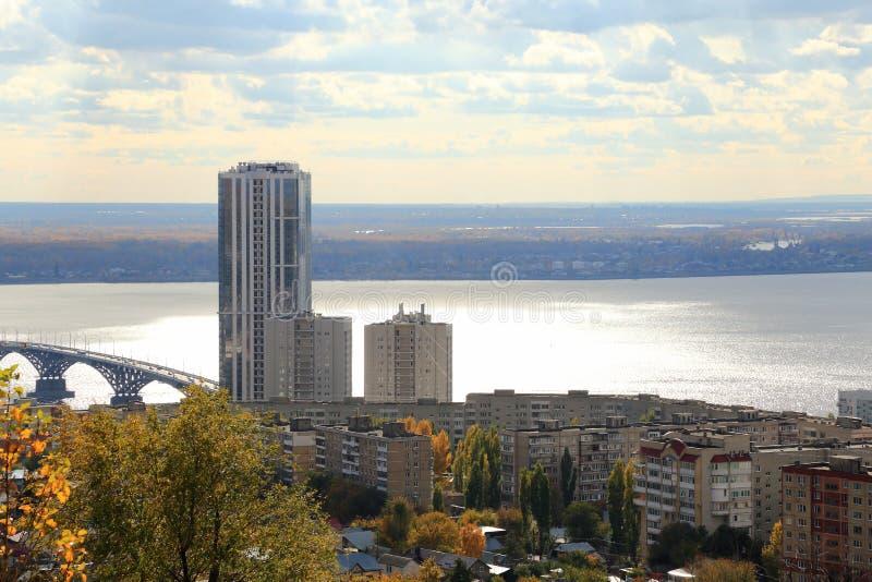 秋天城市全景萨拉托夫视图 在伏尔加河,萨拉托夫恩格斯,俄罗斯的桥梁 从Sokolovaya山的看法 免版税图库摄影