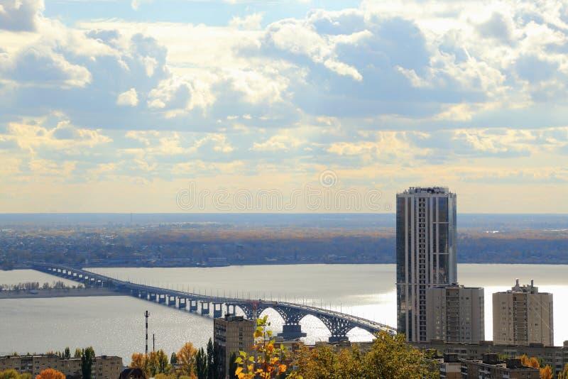 秋天城市全景萨拉托夫视图 在伏尔加河,萨拉托夫恩格斯,俄罗斯的桥梁 从Sokolovaya山的看法 库存照片