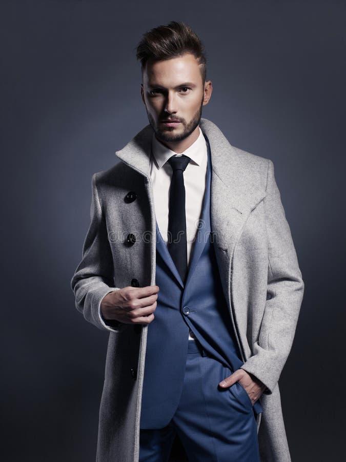 秋天外套的英俊的时髦的人 库存图片