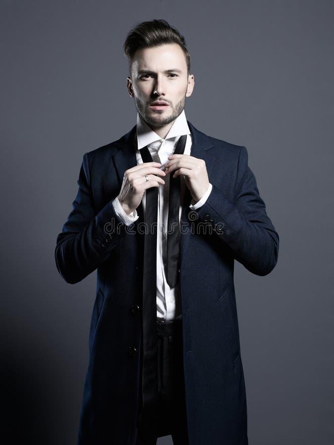 秋天外套的英俊的时髦的人 免版税库存照片