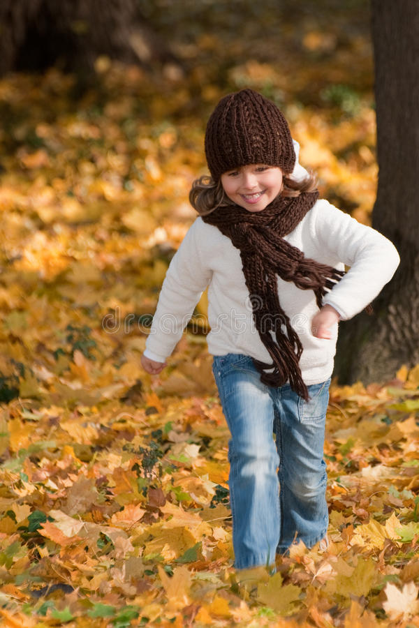 秋天女孩一点公园使用 免版税库存照片