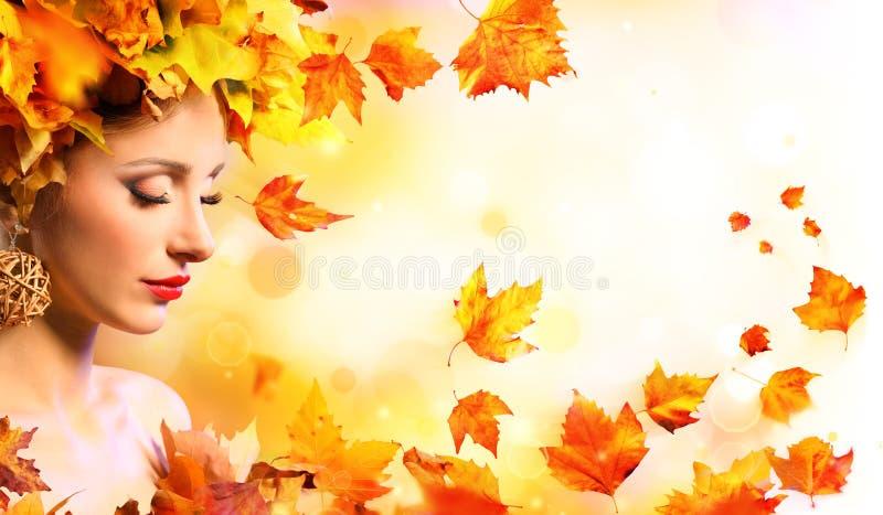 秋天女孩-有橙色叶子的秀丽式样妇女 库存图片