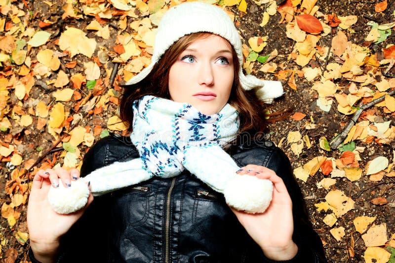 Download 秋天女孩 库存照片. 图片 包括有 照亮, 森林, 本质, 叶子, 女孩, 表面, 平静, 生活方式, 秋天 - 22355516