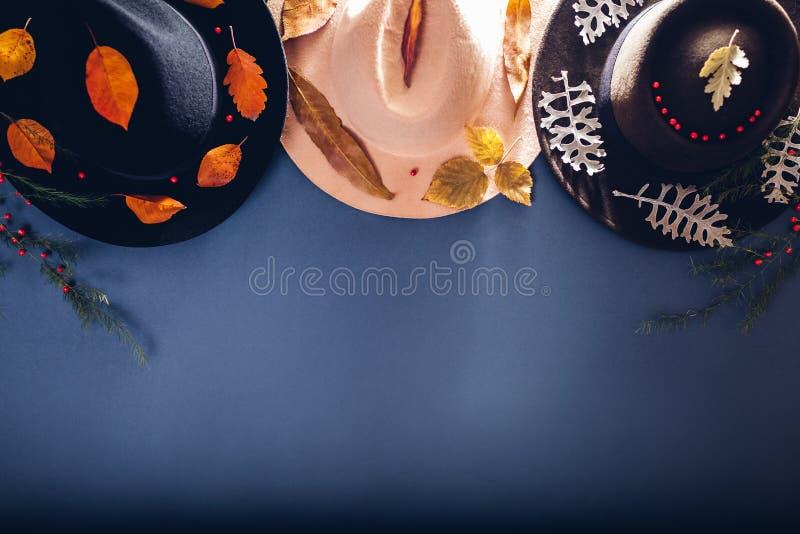 秋天女性成套装备 用秋天装饰的套三个开士米帽子离开 时尚和辅助部件概念 复制空间 免版税库存照片