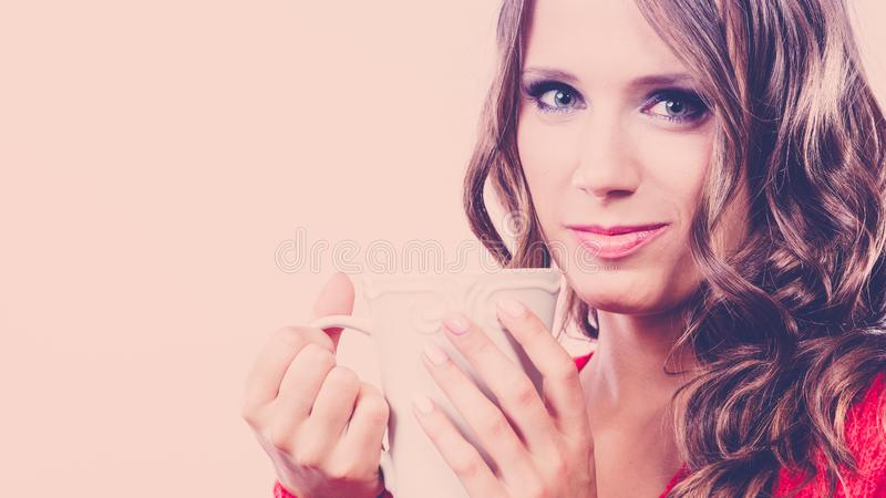 秋天妇女拿着杯子用咖啡温暖的饮料 图库摄影