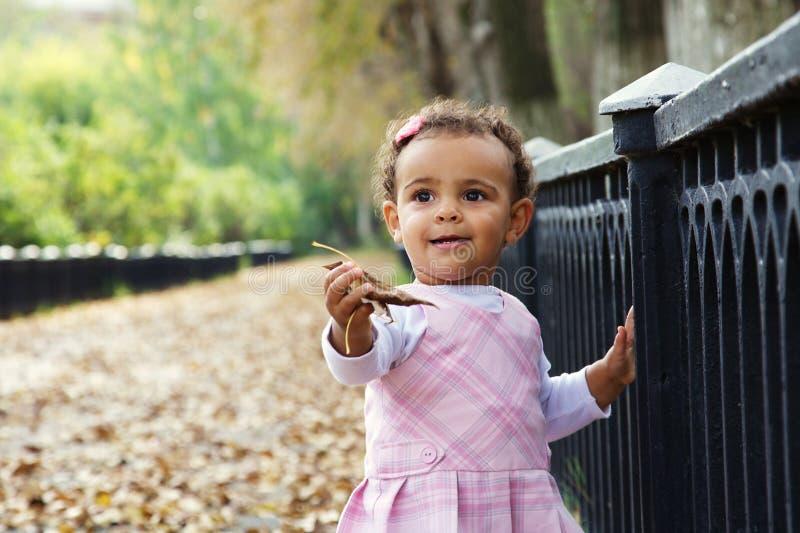 秋天婴孩逗人喜爱的女孩叶子 免版税库存图片