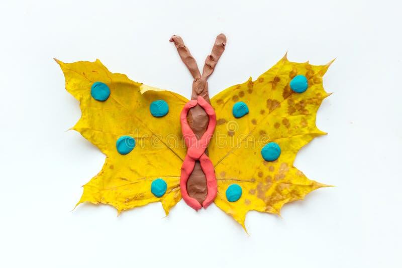 秋天孩子的叶子工艺 从干燥yel的工艺手工制造蝴蝶 库存照片