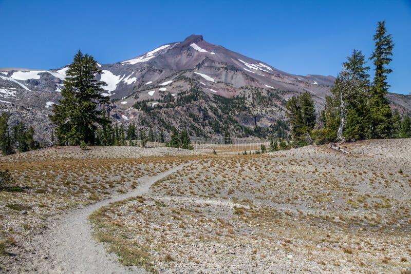 秋天小河往残破的顶面近的弯,俄勒冈的足迹标题 免版税图库摄影