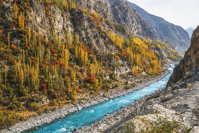 秋天展示五颜六色的风景的基尔吉特巴尔蒂斯坦与汉萨沿喀喇昆仑山脉高速公路的河流程 免版税库存图片