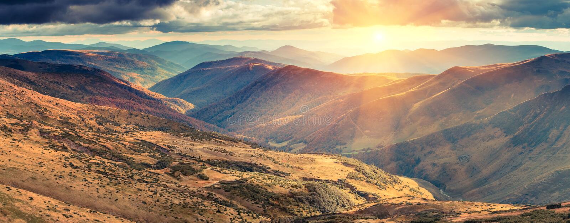 秋天山全景在阳光的 图库摄影
