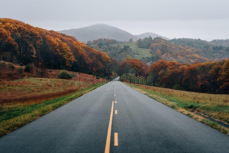秋天山颜色和看法沿蓝岭山行车通道的在弗吉尼亚 库存照片