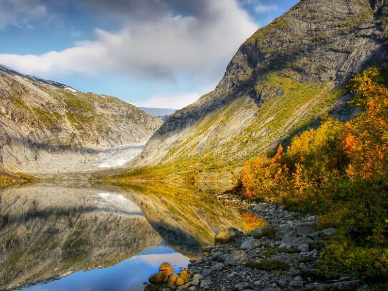 秋天山,冰川,湖,挪威 免版税库存照片