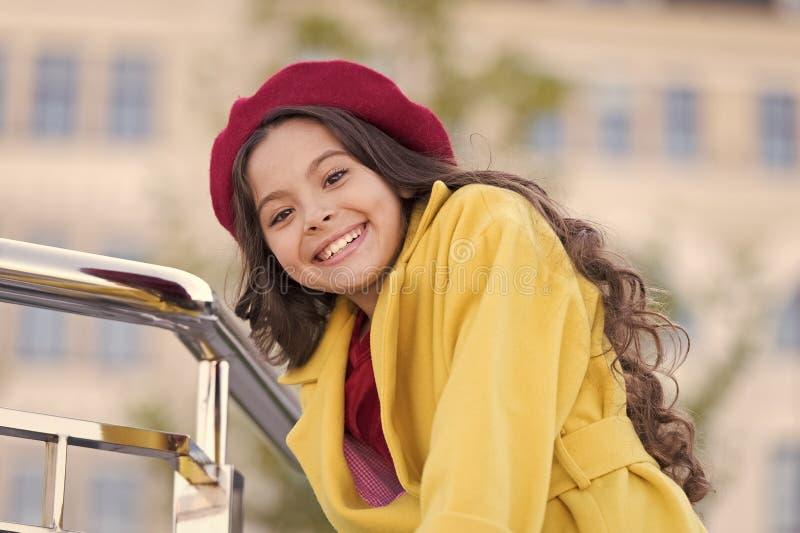 秋天帽子时装配件 法国趋向秋季 女孩步行defocused背景 迷住一点法式 免版税图库摄影