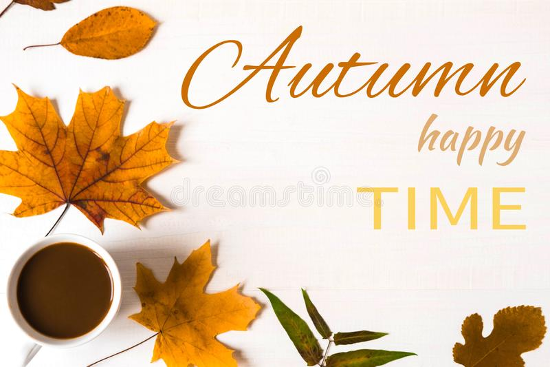 秋天幸福时光 与干燥黄色秋叶和题字的横幅 秋天横幅 o 免版税图库摄影