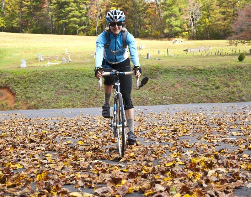 秋天循环的妇女 库存照片
