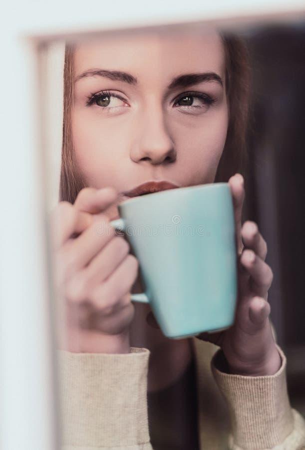 秋天忧郁,饮用的咖啡 免版税库存照片
