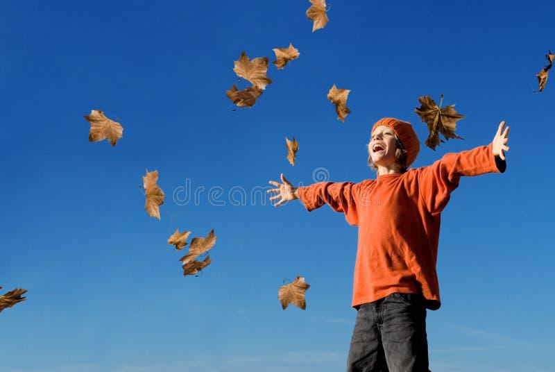 秋天愉快儿童的秋天 免版税库存图片
