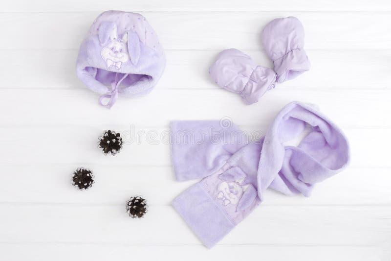 秋天或冬天时尚成套装备 男婴蓝色套在木背景的衣物 免版税库存照片