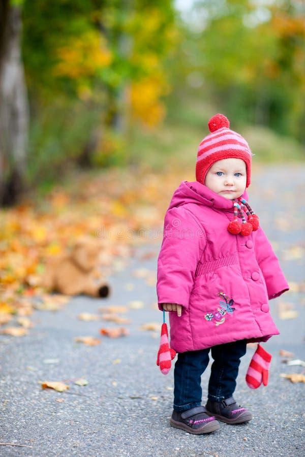 秋天户外走读女生小孩 图库摄影