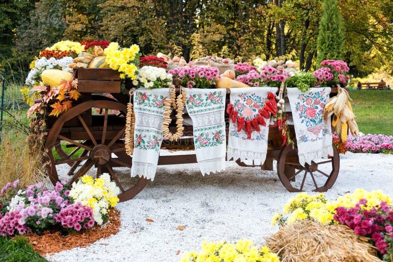 秋天收获了在传统乌克兰农村土气无盖货车的菜 免版税库存图片