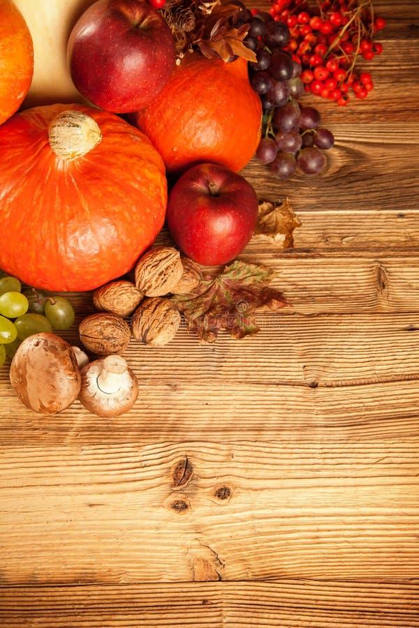 秋天收获了水果和蔬菜在木头 库存图片