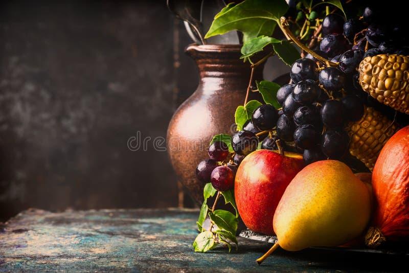 秋天收获概念 秋天水果和蔬菜在黑暗的土气厨房用桌上 免版税库存图片