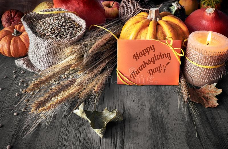 秋天收获静物画用南瓜、麦子耳朵和扁豆 图库摄影
