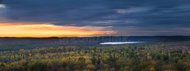 秋天日落在原野 库存照片
