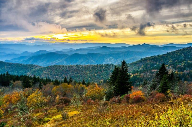 秋天日落, Cowee山,蓝岭山行车通道 图库摄影
