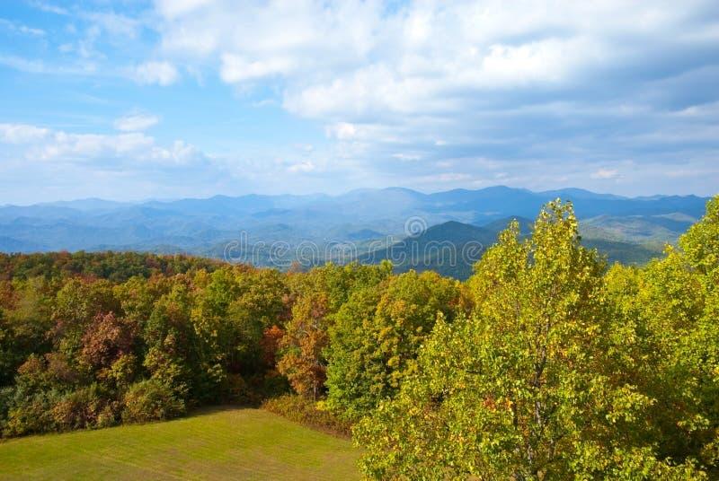 秋天早期的山 库存图片