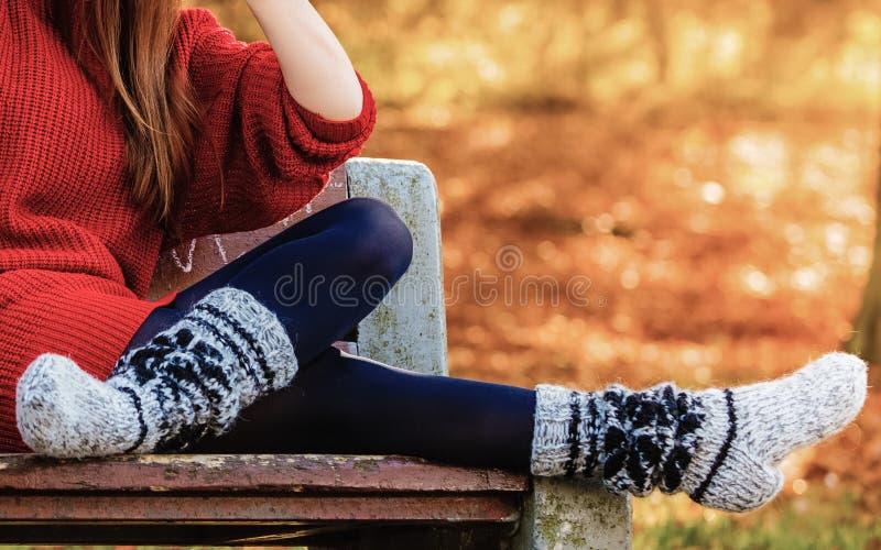 秋天时尚 在室外温暖的袜子的女性腿 免版税图库摄影