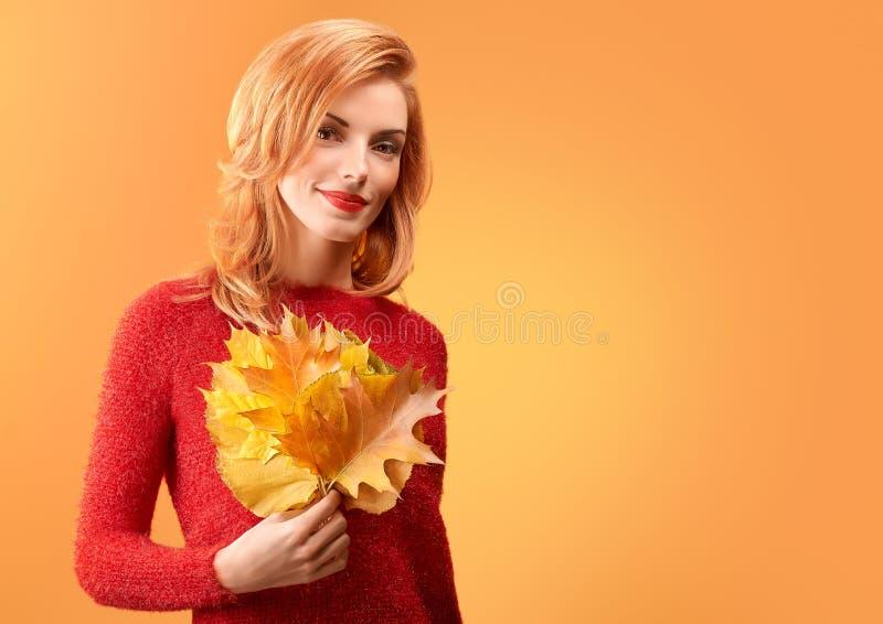 秋天时尚 秋天成套装备的妇女 红头发人模型 免版税库存照片