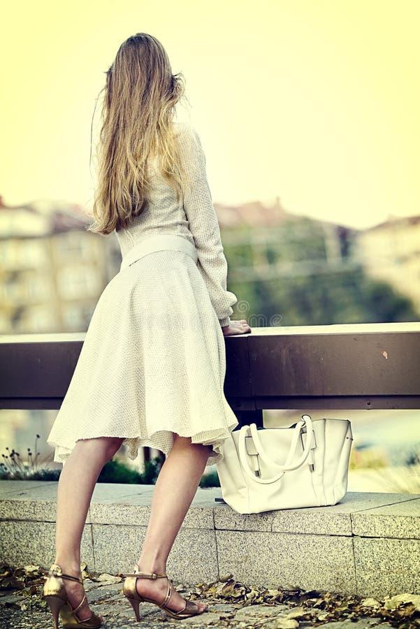 秋天春天礼服的时尚妇女在城市 Sosial isoltion 库存图片