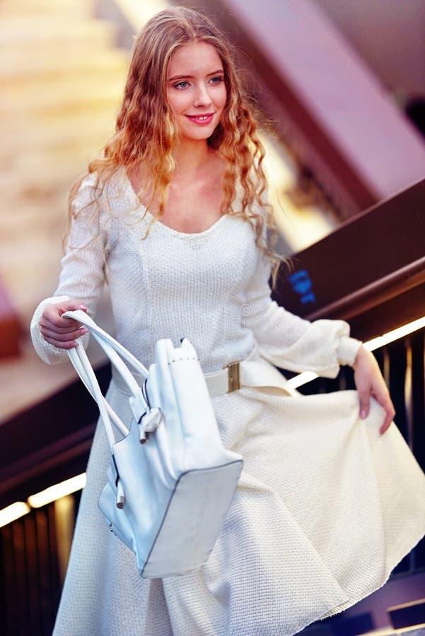 秋天春天礼服购物的时尚妇女在城市街道上 库存照片