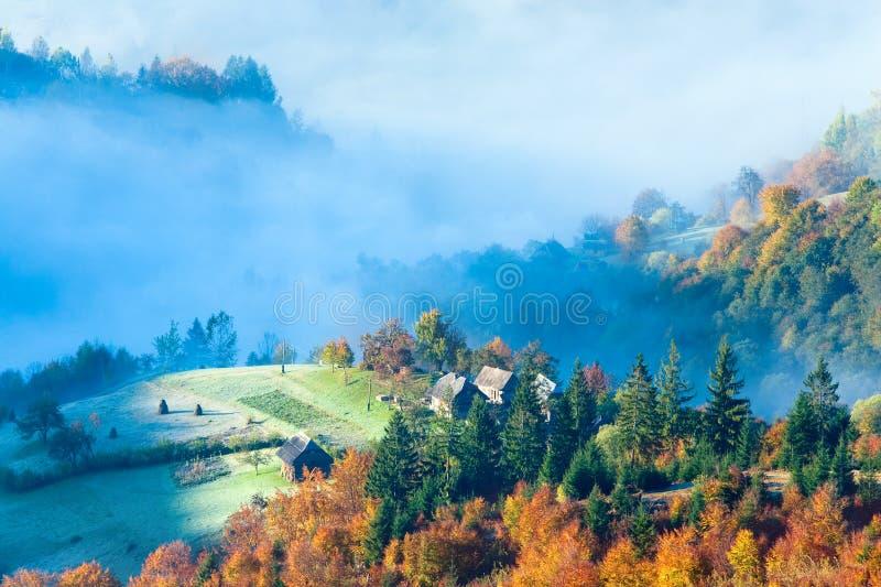 秋天有薄雾的早晨山腰 库存图片