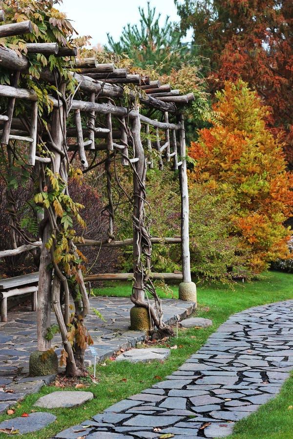 秋天木凉亭的庭院 库存照片