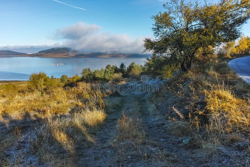 秋天树和低云在Batak水库,保加利亚水  库存图片