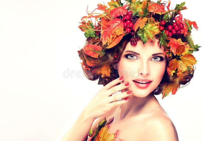 秋天样式、明亮的构成、红色修指甲和唇膏 库存图片