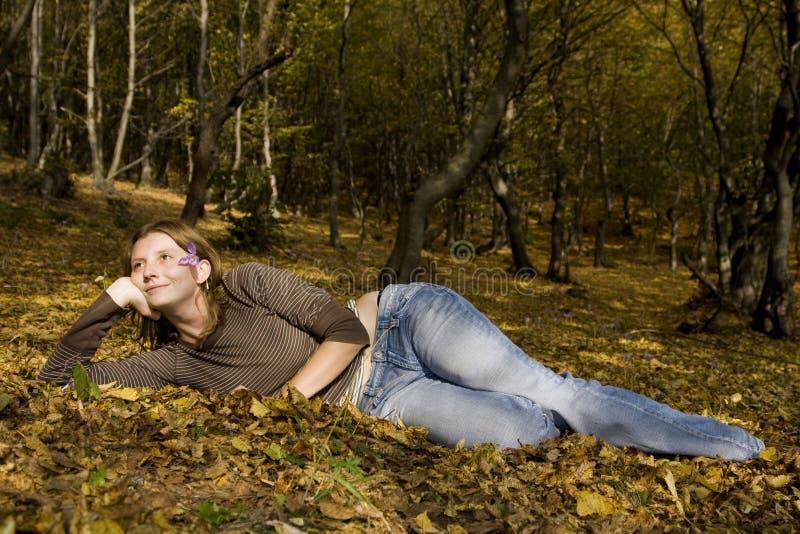 秋天森林妇女年轻人 库存照片
