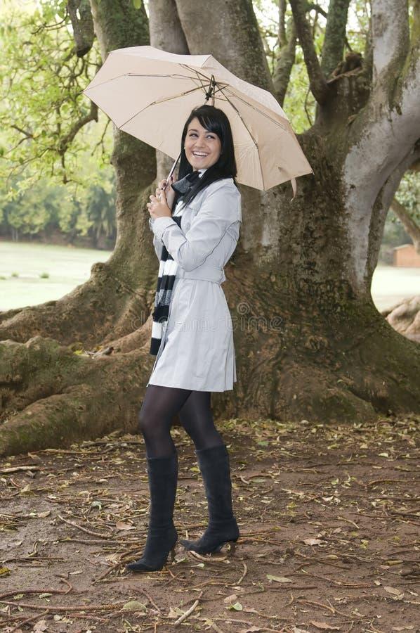秋天森林妇女年轻人 图库摄影