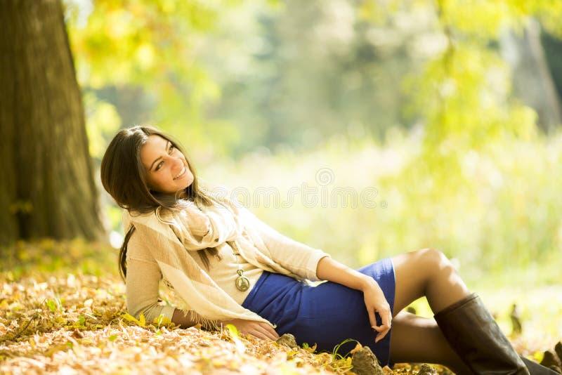 秋天森林妇女年轻人 免版税库存图片